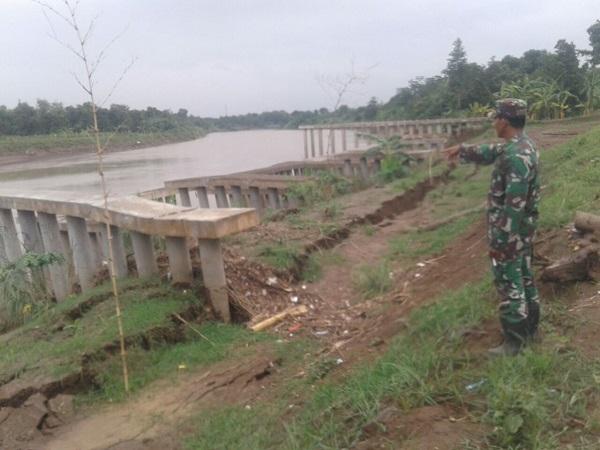 https: img.okeinfo.net content 2017 12 01 525 1823752 tanggul-sungai-cimanuk-longsor-sejumlah-desa-di-indramayu-terancam-banjir-AkeV97UF0L.jpg
