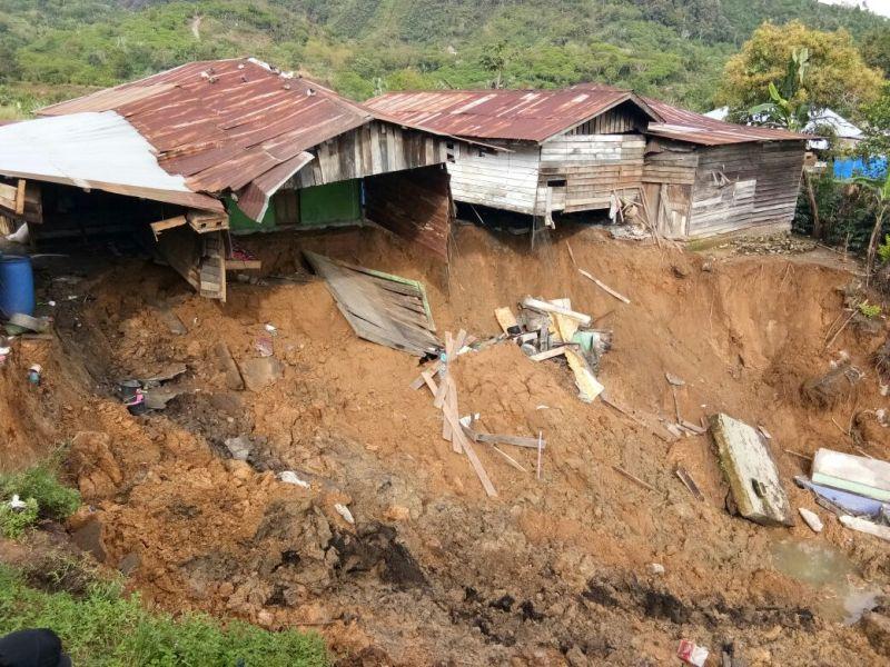 https: img.okeinfo.net content 2017 12 04 340 1824828 2-rumah-warga-di-bener-meriah-masuk-jurang-akibat-longsor-FmNjsMZxPH.jpg
