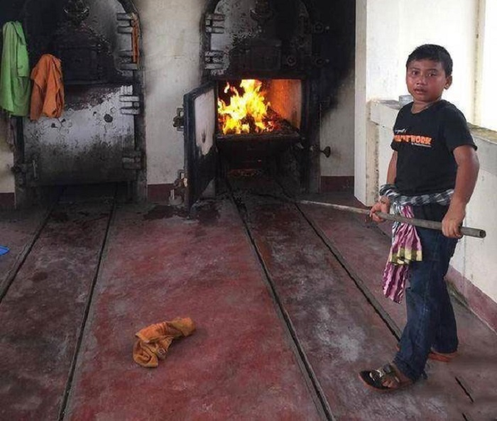 https: img.okeinfo.net content 2017 12 07 196 1826748 bocah-11-tahun-pembakar-mayat-jadi-viral-h6le6BrRrR.jpg