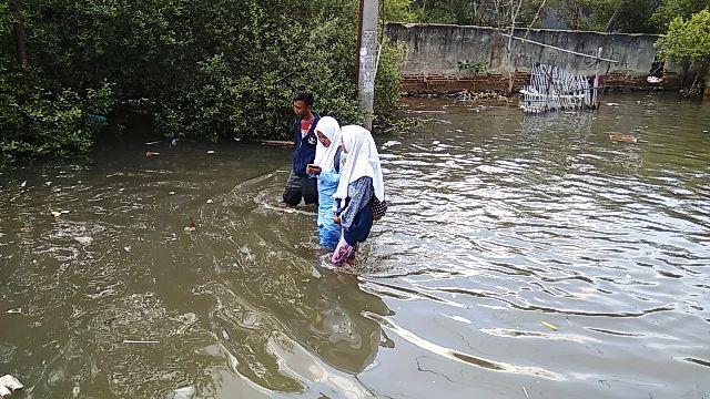 https: img.okeinfo.net content 2017 12 07 338 1826838 banjir-rob-di-tangerang-500-rumah-nelayan-terendam-yANFi30x6f.jpg