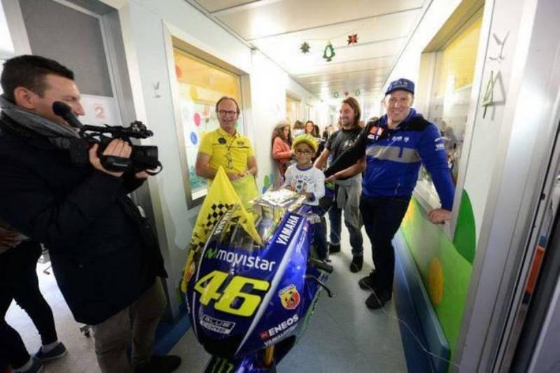 https: img.okeinfo.net content 2017 12 07 38 1826592 pembalap-motocross-beri-kejutan-untuk-anak-penderita-kanker-di-italia-dengan-bawa-motor-rossi-vsYUBqkgg3.jpg
