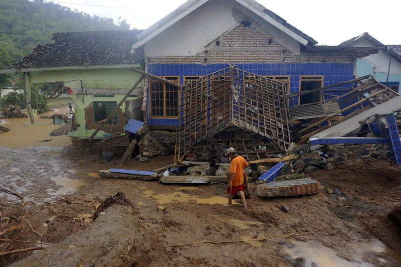 https: img.okeinfo.net content 2017 12 08 519 1827121 warga-pacitan-alami-kerugian-rp600-miliar-dari-dampak-bencana-banjir-dan-longsor-VCBvGhGJNl.jpg