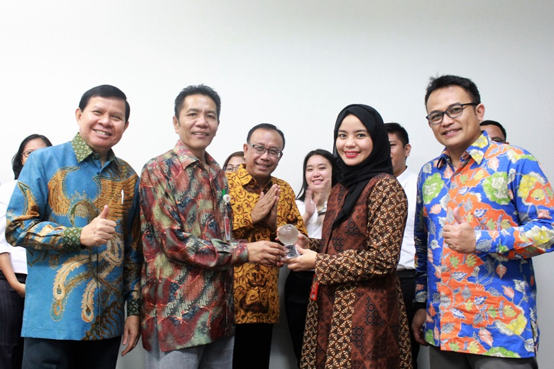 https: img.okeinfo.net content 2017 12 08 542 1827333 indosat-ooredoo-dukung-program-millenial-leaders-bersama-kemenpora-pertukaran-pemuda-indonesia-kanada-2017-k0cgPzWS24.jpg