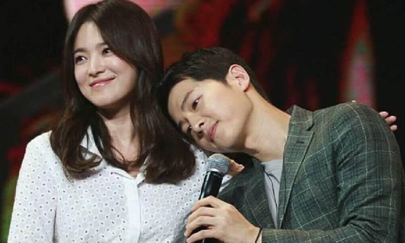 https: img.okeinfo.net content 2017 12 12 33 1828888 song-joong-ki-dan-song-hye-kyo-nikmati-kencan-di-konser-iu-bn4MZeJTtN.jpg