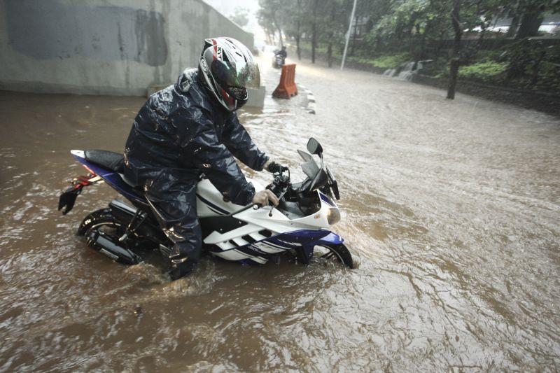 https: img.okeinfo.net content 2017 12 13 338 1829648 ini-5-faktor-penyebab-banjir-jakarta-enggak-cuma-dari-cuaca-ekstrem-8vmmYKFnAH.jpg