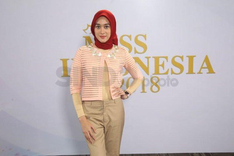 https: img.okeinfo.net content 2017 12 17 194 1831841 meski-berhijab-raudha-kasmir-optimistis-lolos-audisi-miss-indonesia-2018-AaKBDK4oto.jpg