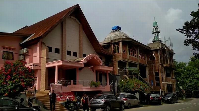 Kerukunan Jemaat Gereja Dan Jamaah Masjid Yang Berdiri