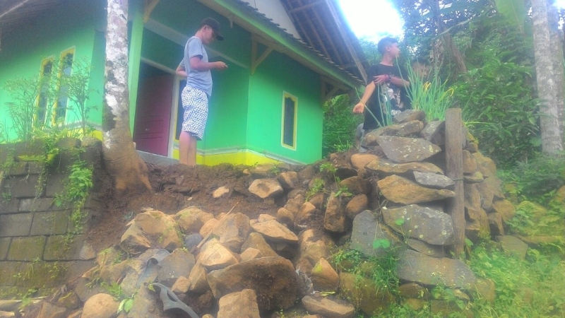 https: img.okeinfo.net content 2018 01 08 525 1841556 warga-satu-desa-di-majalengka-diungsikan-akibat-pergerakan-tanah-X7GhUTCO6e.jpg