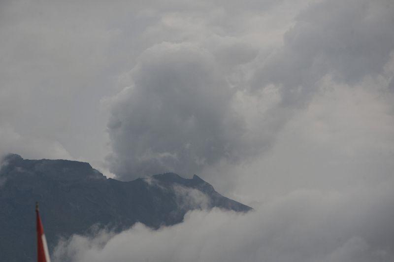 https: img.okeinfo.net content 2018 01 12 340 1843874 gunung-agung-kembali-erupsi-pasca-radius-bahayanya-diturunkan-ObDgJWnih8.jpg