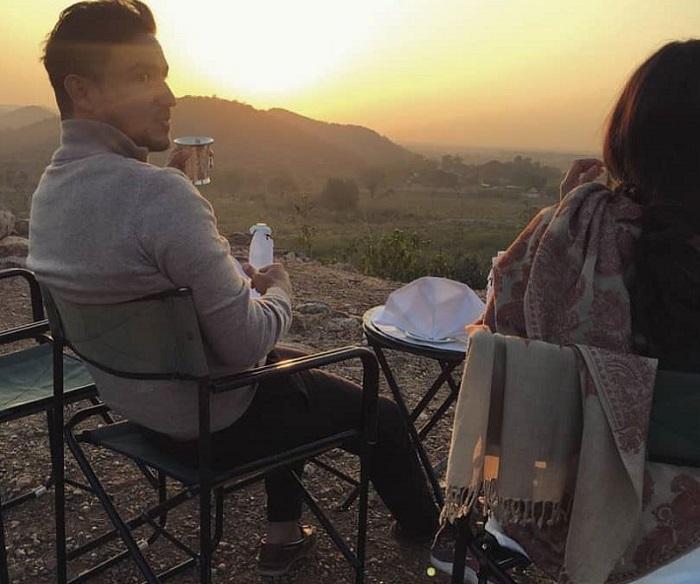 https: img.okeinfo.net content 2018 01 12 406 1844304 romantisnya-hamish-dan-raisa-nikmati-pemandangan-sunrise-di-taman-nasional-india-uocQrhWrQX.jpg