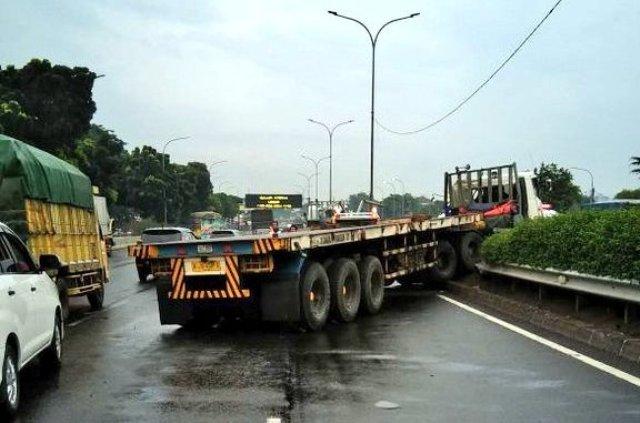 https: img.okeinfo.net content 2018 01 13 338 1844429 truk-trailer-tabrak-pembatas-jalan-tol-pondok-indah-sopir-terluka-jMG8rleBAi.jpg