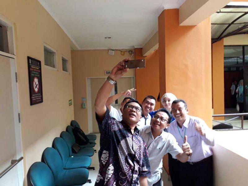 https: img.okeinfo.net content 2018 01 13 519 1844458 hari-kedua-tes-kesehatan-calon-peserta-pilkada-malang-peserta-sempatkan-selfie-bareng-48dVH54wRs.jpg