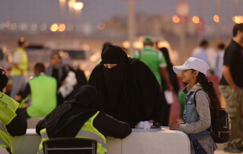 https: img.okeinfo.net content 2018 01 14 18 1844794 perempuan-di-arab-saudi-diizinkan-menonton-sepak-bola-langsung-di-stadion-zJUjRqk7NV.jpg