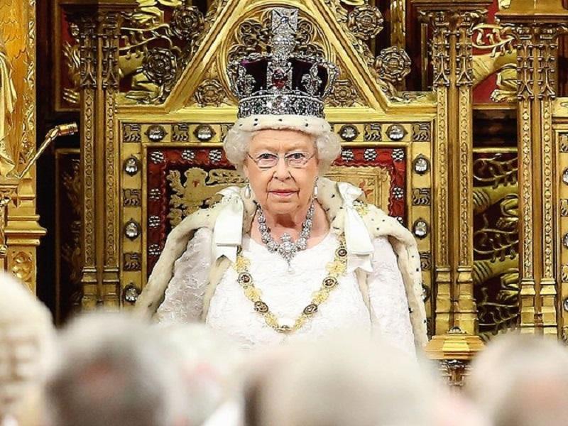 https: img.okeinfo.net content 2018 01 14 194 1844769 ini-alasan-ratu-elizabeth-tidak-pernah-melihat-ke-bawah-saat-memakai-mahkota-RNUbEayrmN.jpg
