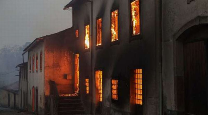 https: img.okeinfo.net content 2018 01 15 18 1845080 presiden-portugal-kunjungi-lokasi-kebakaran-yang-tewaskan-8-orang-5KNx4miODl.jpg