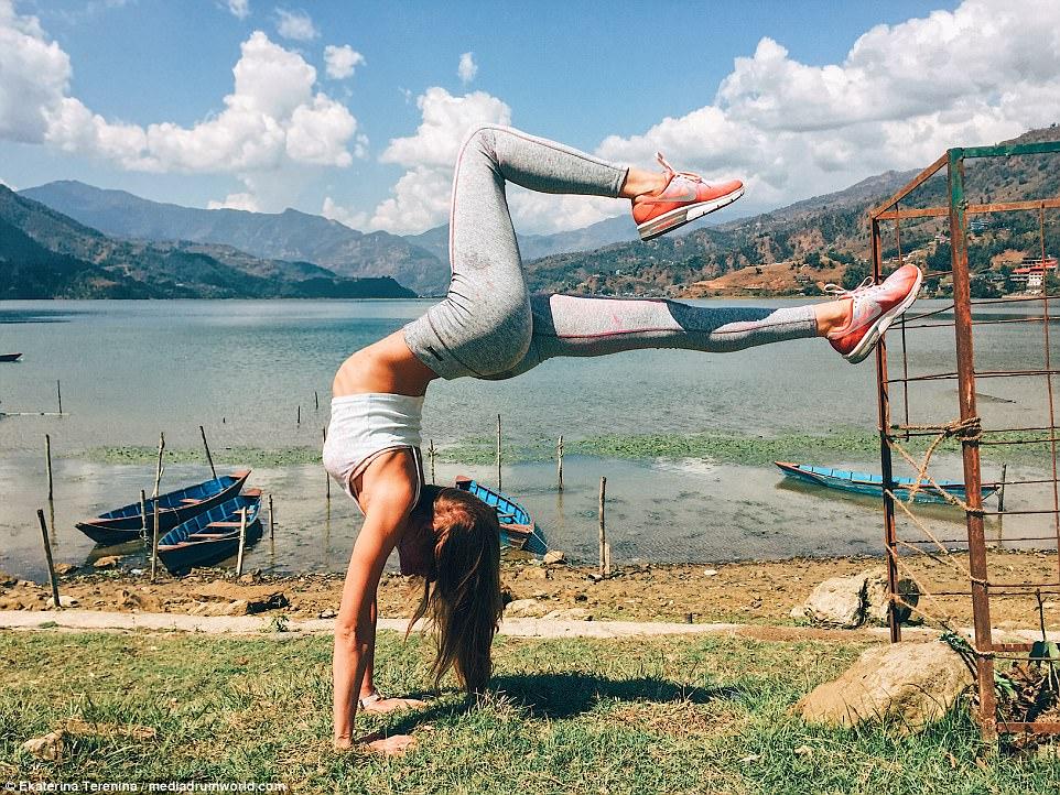 https: img.okeinfo.net content 2018 01 15 481 1844920 beralih-jadi-pengajar-yoga-dan-traveler-wanita-seksi-dapatkan-pengalaman-berharga-8klUtLiAiA.jpg