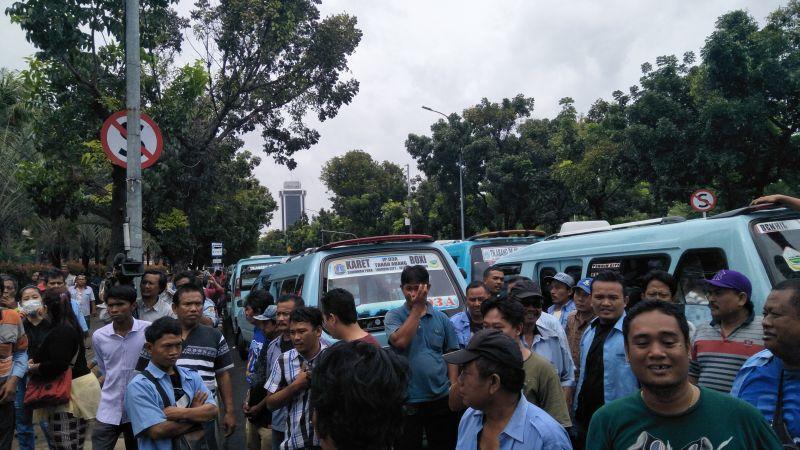 Sopir angkot demo di Balai Kota (Foto: Okezone)