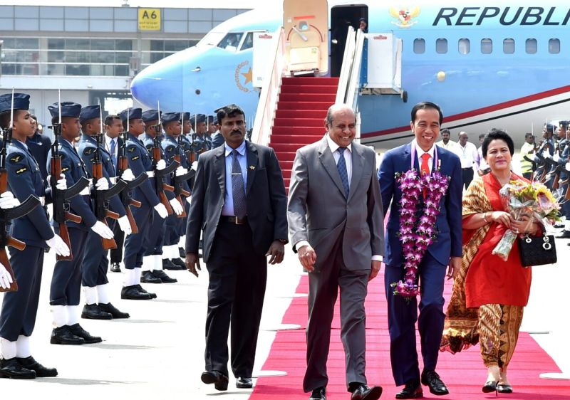 https: img.okeinfo.net content 2018 01 24 18 1849648 tiba-di-sri-lanka-presiden-jokowi-diberi-daun-sirih-PtWO7HtreR.jpg