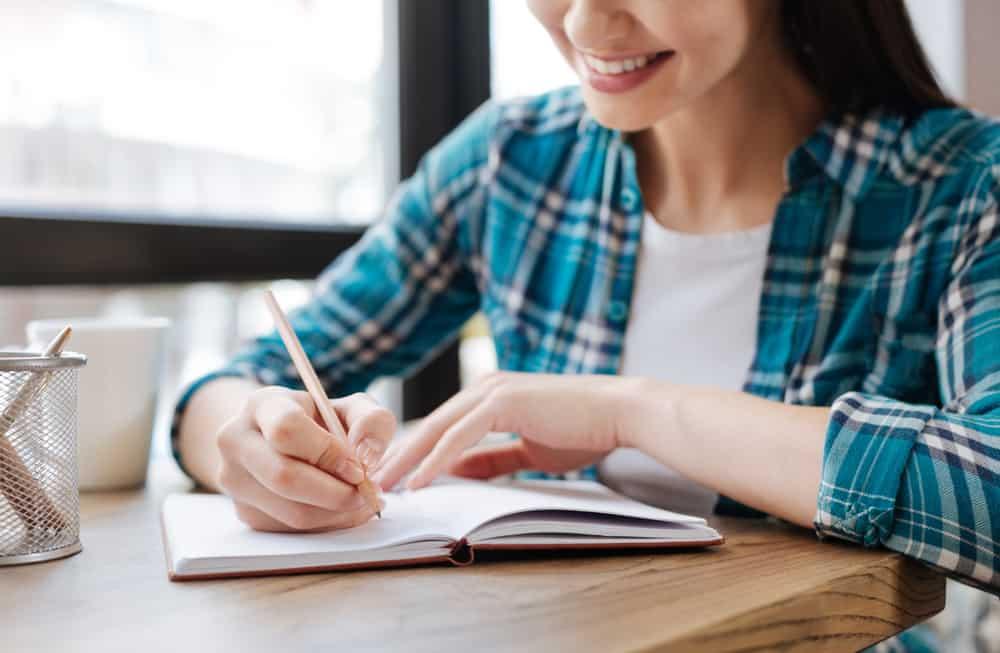Mana Lebih Sehat, Menulis dengan Tangan atau Mengetik? : Okezone ...