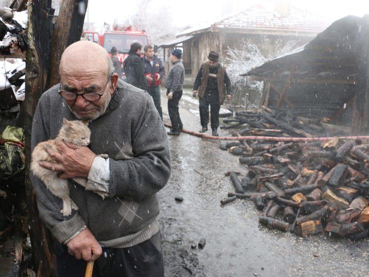 https: img.okeinfo.net content 2018 01 30 196 1852040 viral-foto-kakek-memeluk-kucing-peliharaan-setelah-kehilangan-semua-harta-menyayat-hati-DPWtLOa4AR.jpg
