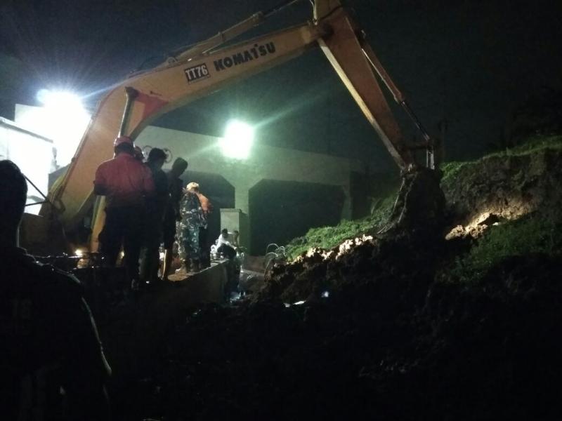 Foto Evakuasi Longsor di Bandara Soetta Habiskan 13 jam