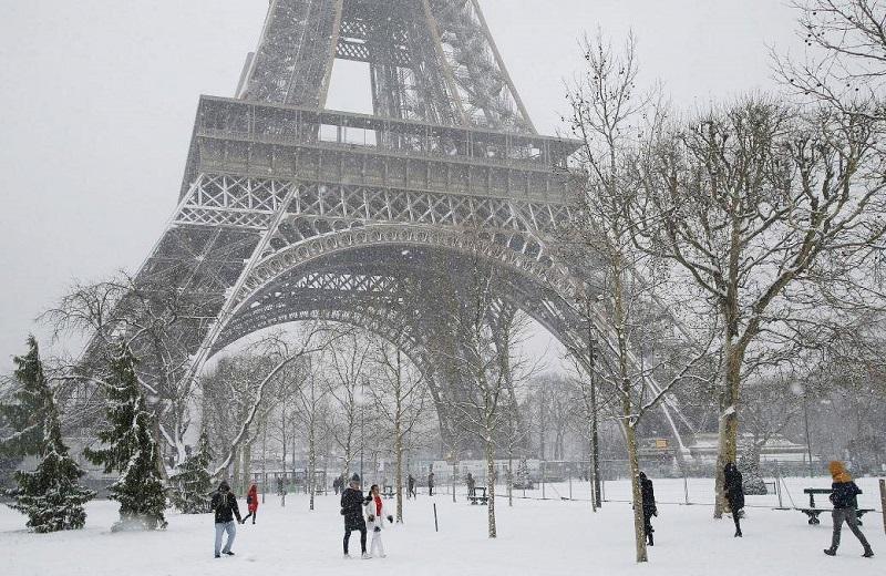 https: img.okeinfo.net content 2018 02 10 406 1857715 paris-dilanda-hujan-salju-lebat-menara-eiffel-ditutup-sementara-L1HE5sq7Vn.jpg