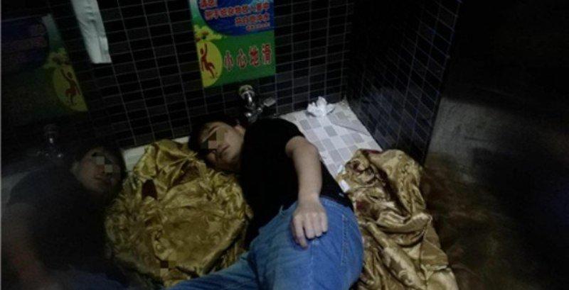 https: img.okeinfo.net content 2018 02 11 18 1858000 pungut-ponselnya-lengan-pria-di-china-tersangkut-lubang-toilet-md7EEdZtSS.jpeg