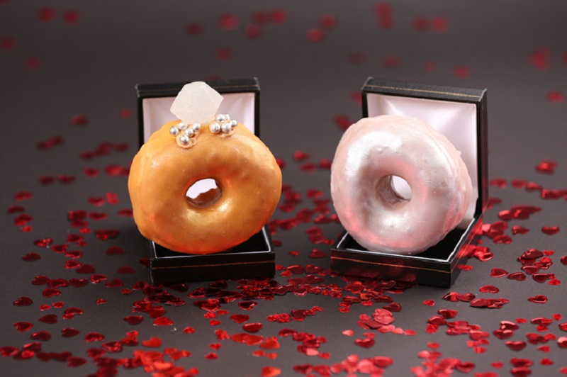 https: img.okeinfo.net content 2018 02 12 298 1858420 sambut-valentine-toko-ini-hadirkan-donat-berbentuk-cincin-QEPjxhyMNj.jpg