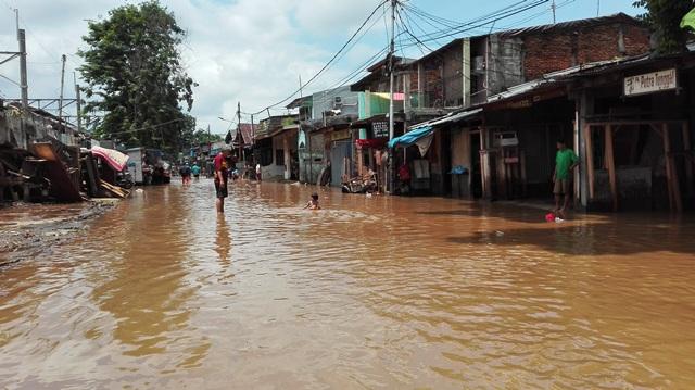 https: img.okeinfo.net content 2018 02 13 338 1859158 sudah-10-hari-desa-di-kabupaten-bekasi-masih-terendam-banjir-TPBiCMft1A.jpg