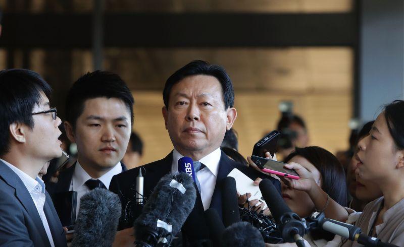https: img.okeinfo.net content 2018 02 14 320 1859507 ceo-lotte-sekaligus-orang-terkaya-ke-5-korea-selatan-ditahan-akibat-korupsi-upLm1bC8Wk.jpg
