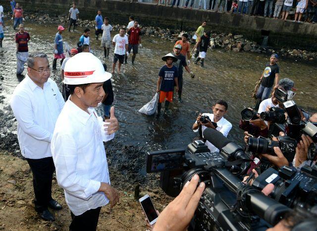 https: img.okeinfo.net content 2018 02 14 337 1859312 presiden-jokowi-pagi-ini-tinjau-proyek-pelaksanaan-padat-karya-di-ambon-yXRrGVgHtM.jpg