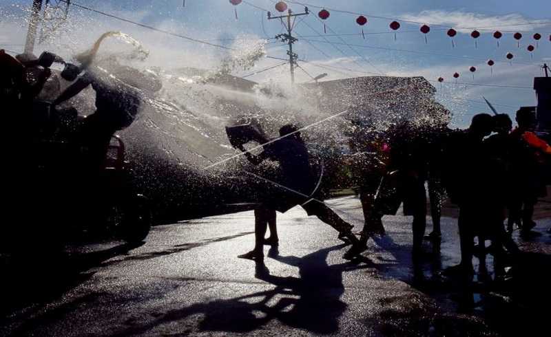 https: img.okeinfo.net content 2018 02 14 406 1859652 wisatawan-enam-negara-ikut-meriahkan-tradisi-imlek-perang-air-di-riau-ZrHAybHalE.jpg