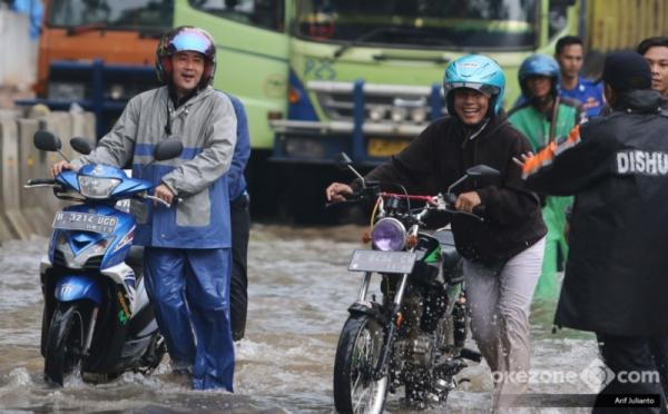 https: img.okeinfo.net content 2018 02 15 338 1860367 masih-ada-senyum-di-wajah-pengendara-yang-motornya-mogok-akibat-terobos-banjir-kelapa-gading-h6Y3QwgOEN.jpg