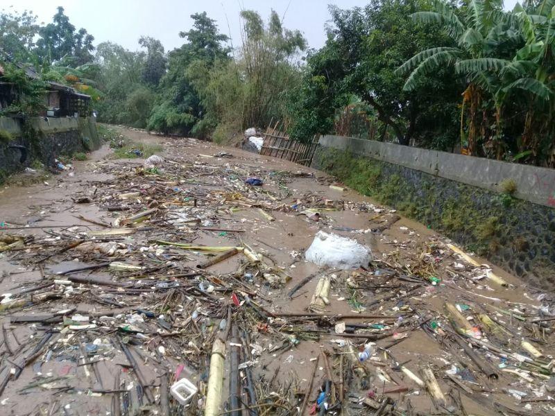 https: img.okeinfo.net content 2018 02 15 512 1860329 gelontoran-sampah-sungai-perparah-banjir-di-semarang-TIoUELmdoG.jpg