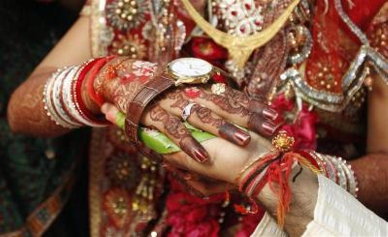 https: img.okeinfo.net content 2018 02 17 18 1860875 menyamar-jadi-pria-perempuan-india-ditangkap-setelah-nikahi-dua-gadis-demi-mas-kawin-8qg7FZv8dR.jpg