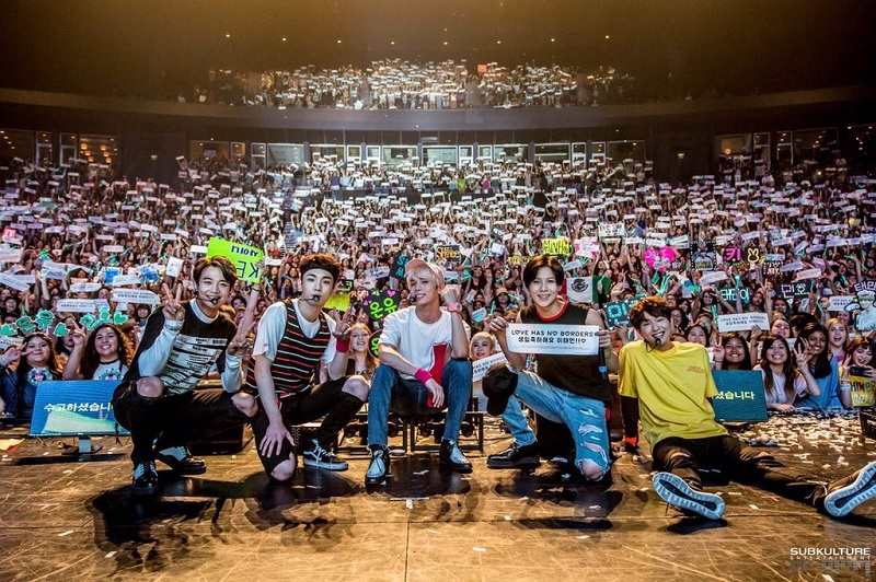 https: img.okeinfo.net content 2018 02 18 33 1860971 viral-foto-penampakan-jonghyun-di-konser-shinee-ini-penjelasannya-JOnXCDM8UU.jpg