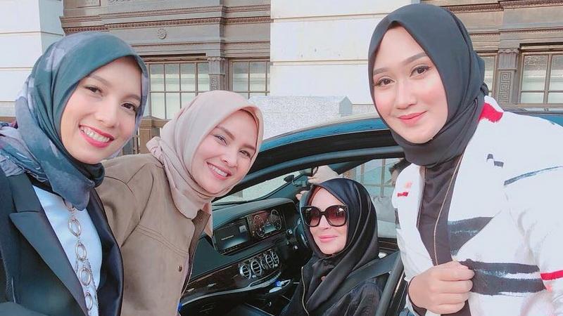 https: img.okeinfo.net content 2018 02 19 33 1861796 cantiknya-lindsay-lohan-gunakan-hijab-bersama-desainer-indonesia-gRIHnQRvwD.jpg