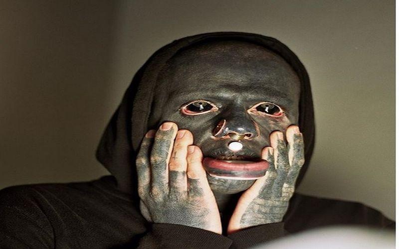 https: img.okeinfo.net content 2018 02 26 194 1865033 keren-atau-mengerikan-pecinta-tato-ini-mentato-seluruh-tubuh-hingga-matanya-rDw4USYo86.jpg