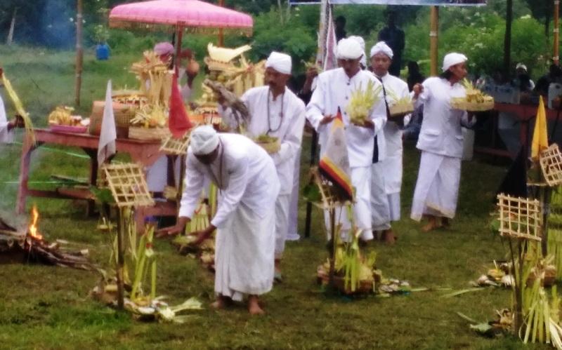https: img.okeinfo.net content 2018 03 11 512 1871047 upacara-melasti-ratusan-umat-hindu-padati-telaga-di-lereng-gunung-lawu-Dqomo0ILxr.jpg