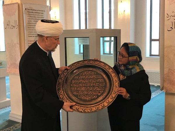 https: img.okeinfo.net content 2018 03 12 18 1871721 kunjungi-masjid-agung-moskow-menlu-retno-serahkan-kaligrafi-buatan-boyolali-1Oam5zZVUx.jpg