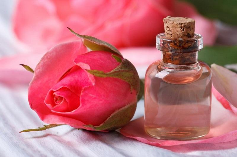 https: img.okeinfo.net content 2018 03 13 194 1872147 ini-dia-khasiat-air-mawar-untuk-kecantikan-KC2zGU78AU.jpg