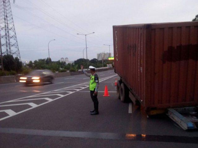 https: img.okeinfo.net content 2018 03 13 338 1871837 truk-kecelakaan-di-tol-pluit-lalu-lintas-tersendat-cceTfvEcSe.jpg
