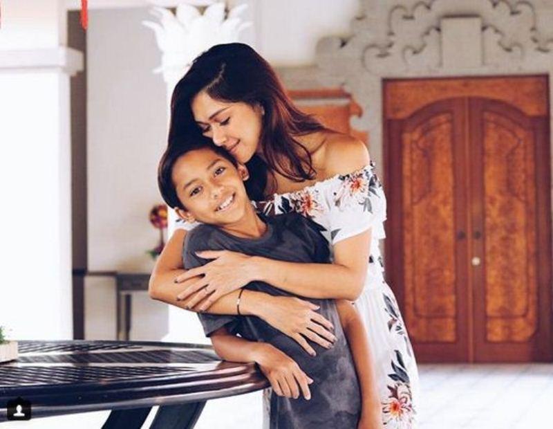 https: img.okeinfo.net content 2018 03 14 33 1872369 nana-mirdad-buka-suara-soal-foto-mandi-bersama-anak-laki-lakinya-lSXr2wRRqH.jpg