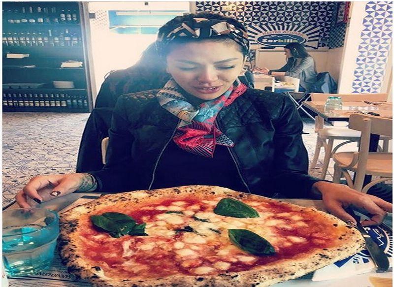 https: img.okeinfo.net content 2018 03 15 298 1873338 5-momen-nikita-mirzani-bersama-makanan-kesukaan-pizzanya-gede-banget-RWe6fYmRzQ.jpg