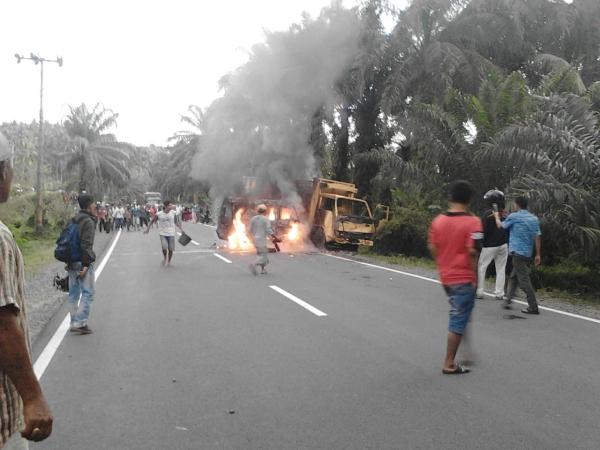 https: img.okeinfo.net content 2018 03 17 340 1874293 tabrakan-truk-dan-minibus-seorang-sopir-tewas-terbakar-sMfZa0oN9T.jpg