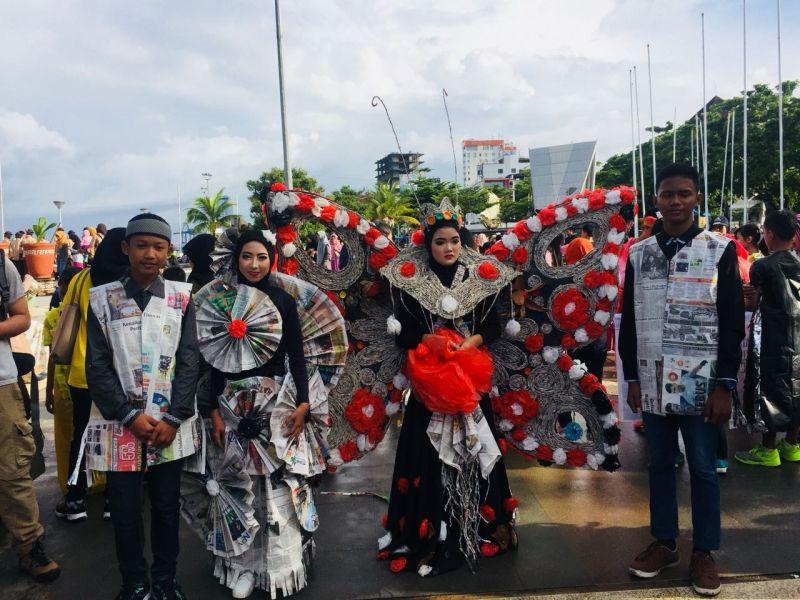 https: img.okeinfo.net content 2018 03 18 340 1874466 peringatan-hpsn-di-makassar-dihiasi-kostum-dari-sampah-6TnXxIoHf4.jpg
