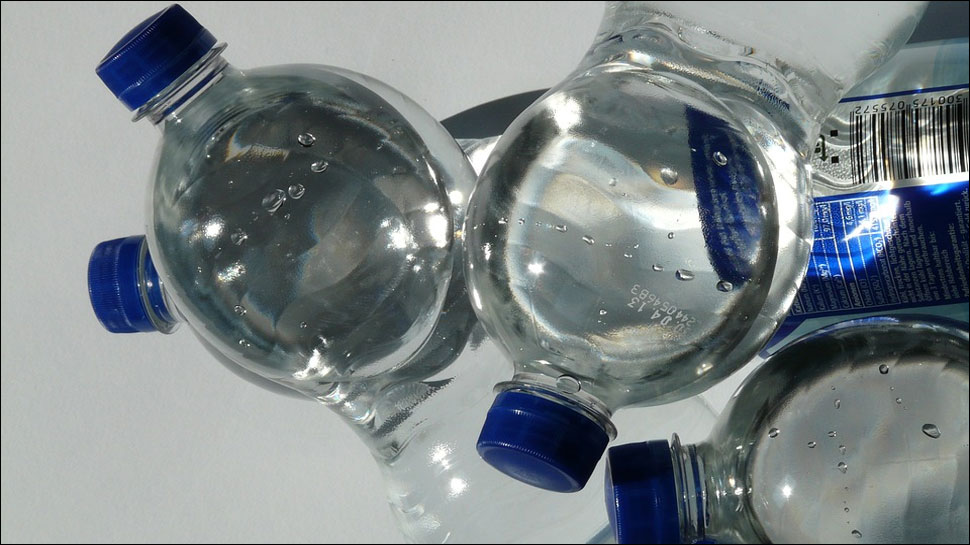 https: img.okeinfo.net content 2018 03 18 481 1874524 air-minum-kemasan-ternama-tercemar-mikroplastik-ini-bahayanya-jika-sering-dikonsumsi-jRo1NqpmHy.jpg