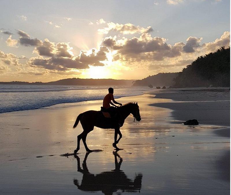 https: img.okeinfo.net content 2018 03 19 406 1874554 menelusuri-keunggulan-pulau-sumba-the-best-beatiful-island-in-the-world-qCuV3bWKGK.jpg