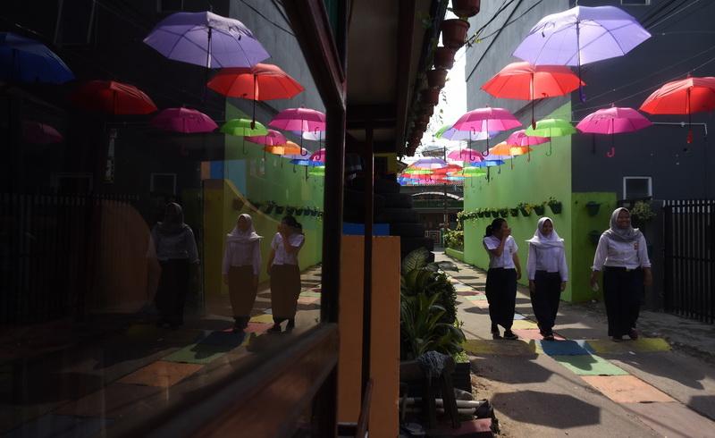 https: img.okeinfo.net content 2018 03 20 406 1875534 seribuan-payung-warna-warni-dan-robot-kuntilanak-sambut-hari-tanpa-bayangan-YD5Umfs6f1.jpg