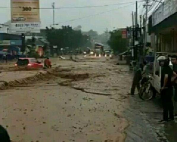 Https Img Okeinfo Net Content    Lalu Lintas Banjir Bandang